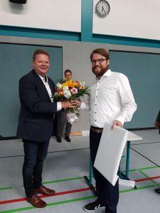 Mathias Engling (Fraktionsvorsitzender der Grünen Kreistagsfraktion Nordwestmecklenburg) überreicht Herrn Funk (zweiter Beisitzer der Landrätin Nordwestmecklenburg, links im Bild) unser Willkommensgeschenk.